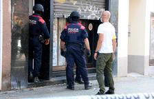 La unidad ARRO de los Mossos d'Esquadra entrante en una finca de l'Hospitalet de Llobregat.