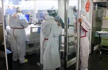 Profesionales sanitarias del Hospital del Mar atendiendo a un paciente ingresado en el UCI con covid-19.