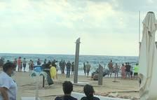 Aparece una lancha abandonada a la playa de Tamarit de Tarragona