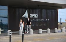 Una parella entrant a la terminal de l'Aeroport de Reus.