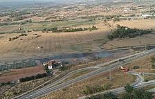 Un incendio de matorrales en Montblanc obliga a cortar la circulación ferroviaria