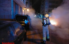 Tres coches afectados al quemar de madrugada tres contenedores en el Vendrell