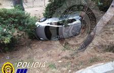 Susto en el Vendrell: Un vehículo pierde el control y acaba saliendo de la vía y volcando