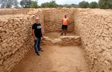 Plano general de uno de los edificios excavados en el yacimiento ibero de Banyeres del Penedès, con el alcalde Amadeu Benach y el arqueólogo Jordi Morer.
