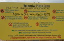 Cunit multará a un abuelo que se dedicó a hacer pintadas contra los carteles en catalán que hay en las playas