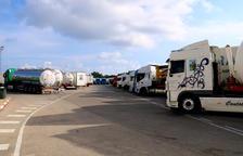 Los transportistas llenan los aparcamientos de las áreas de servicio del tramo del AP-7 en Altafulla