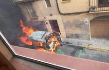 Cremen dos vehicles al carrer Puig d'en Sitges de Tarragona