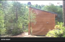 La caseta tiene ventanas y una antena parabólica.