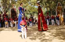 Los gegantons Rufo y Rubí en su estreno durante la bailada de las collas locales organizada en el marco de la XXXIII Ciudad Gegantera de Cataluña.
