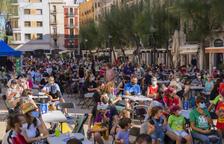 Els establiments de la plaça de la Font de Tarragona protesten tancant durant la tanda de lluïment del Seguici Petit