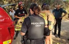 La dona rescatada s'abraça a una amiga.