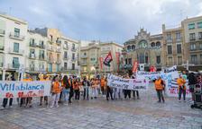La plantilla concentrada en el Mercadal con pancartas de «el Ayuntamiento premia la precariedad».