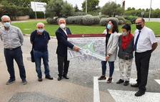 Carles Pellicer sostiene el cartel del proyecto de la rotonda.