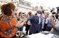 El expresidente de la Generalitat Carles Puigdemont, saludando los organizadores del Encuentro Internacional de Adifolk