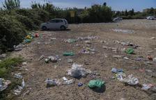 Restos de botellas y plásticos que todavía quedaban durante la mañana de este domingo.