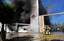 Arde la nave industrial de un gran bazar chino en el polígono de Castelldefels