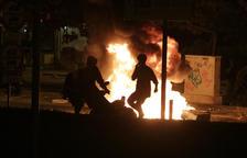 Dos jóvenes queman una moto durante los disturbios posterior al botellot del Bogatell