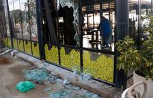 El restaurante Xiroi Can Nuri, con vidrios rotos y destrozos visibles.