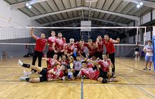 El jugadores y entrenadores cooperativistas celebrando la victoria.