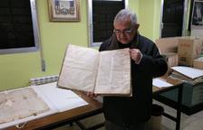 Mosén Manel Fuentes, con un escrito antiguo depositado en el archivo del Arzobispado de Tarragona.