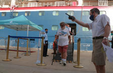 Plano abierto de los primeros cruceristas que bajan del barco Bolette de la compañía Fred Olsen Cruise Line.