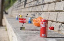 Denuncien la presència de restes de botellots a la platja de l'Arrabassada