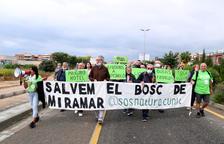 Els manifestants que han participat en la protesta per aturar el projecte d'urbanització del bosc de Miramar a Cunit.