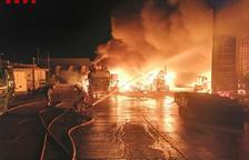 Nueve dotaciones de Bombers trabaja desde ayer en el incendio de una planta de reciclaje en Amposta