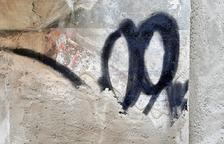 Imatge de la part del grafiti que queda per netejar.