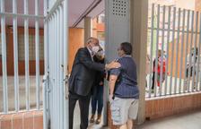 L'alcalde conversant amb un dels veïns del barri Gaudí al portal.