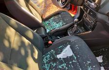 Imatge de les destrosses en un dels vehicles estacionats al barri del Pilar la matinada del dia 12 d'octubre.