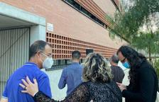 Els assistents a la inauguració de la plaça de l'alcalde Josep Villalbí d'Amposta.