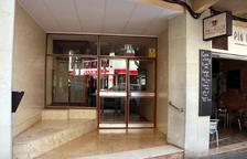 El portal del número 11 del carrer Pin i Soler de Tarragona, on vivia la dona de 91 anys víctima d'homicidi. Imatge del 25 de març del 2021. (Horitzontal)