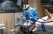 Una professional sanitària monitoritza un pacient covid ingressat a l'UCI de Vall d'Hebron.