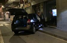 Un conductor bebido se estampa contra una fachada en el Vendrell