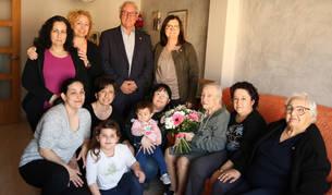 Ana María García amb la seva filla María Luisa, les seves nétes, les besnétes i les rebesnétes, juntament amb Camí Mendoza i Francesc Tarragona.