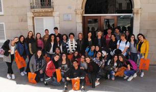Els 14 joves italians i les seves professores del centre educatiu de Sicília, acompanyats dels seus amics vila-secans, en una foto de record a l'exterior de l'Ajuntament.