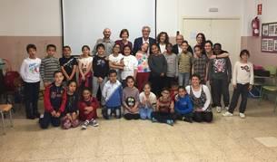 Els alumnes del centre en una fotografia de família durant la visita.