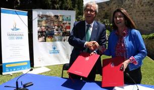 L'alcalde de Tarragona, Josep Fèlix Ballesteros, i la presidenta de la Societat Estatal Loteries i Apostes de l'Estat, Inmaculada García Martínez, després de signar contracte de patrocini.