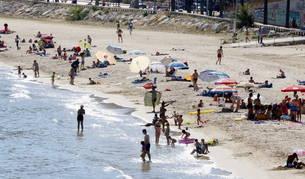 Plan|Plano cerrado de varios bañistas en la playa del Milagro de Tarragona este lunes, 12 de junio del 2017, por la tarde