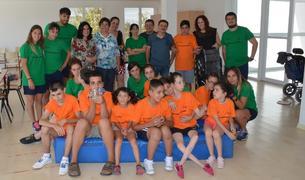 Monitors i alumnes que participen al casal d'estiu.