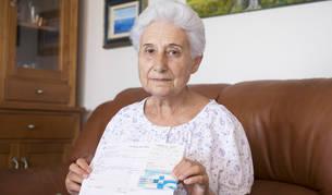 Fortuny, en el sofá de su casa, con la carta, la receta y el recibo del pago de la vacuna.