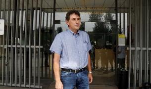 Plano abierto del alcalde de Batea, Joaquim Paladella, saliendo de la subdelegación del gobierno español en Tarragona, donde se ha reunido con el subdelegado. Imagen del 16 de agosto del 2017