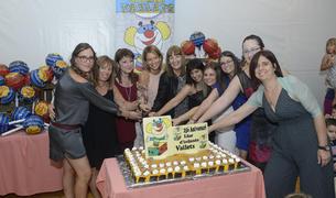 Les treballadores del centre amb el pastís d'aniversari.