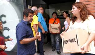 Voluntaris de l'ANC i el seu president, Jordi Sánchez, buiden la seu de l'entitat de tot el material.