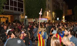 Unos 3.000 reusenses increpan la Policía Nacional en el Gaudí y en la caserna.1