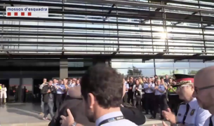Trapero és aplaudit a l'arribar al complex central dels Mossos d'Esquadra