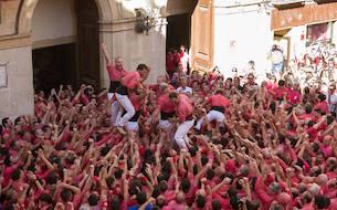 Castellers de la Colla Vella dels Xiquets de Valls celebrant haver descarregat el 4de9 sense folre per Santa Úrsula.