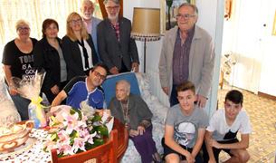 En l'acte, a més de representants comarcals i del consistori, també hi va assistir la família de la homenatjada.
