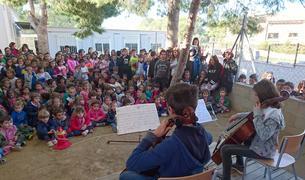 Alumnes de Cicle Mitjà i Superior ofereixen concerts a l'hora del pati a la resta d'alumnes.